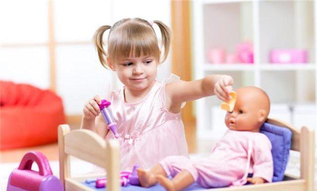 bambina-gioca-con-le-bambole